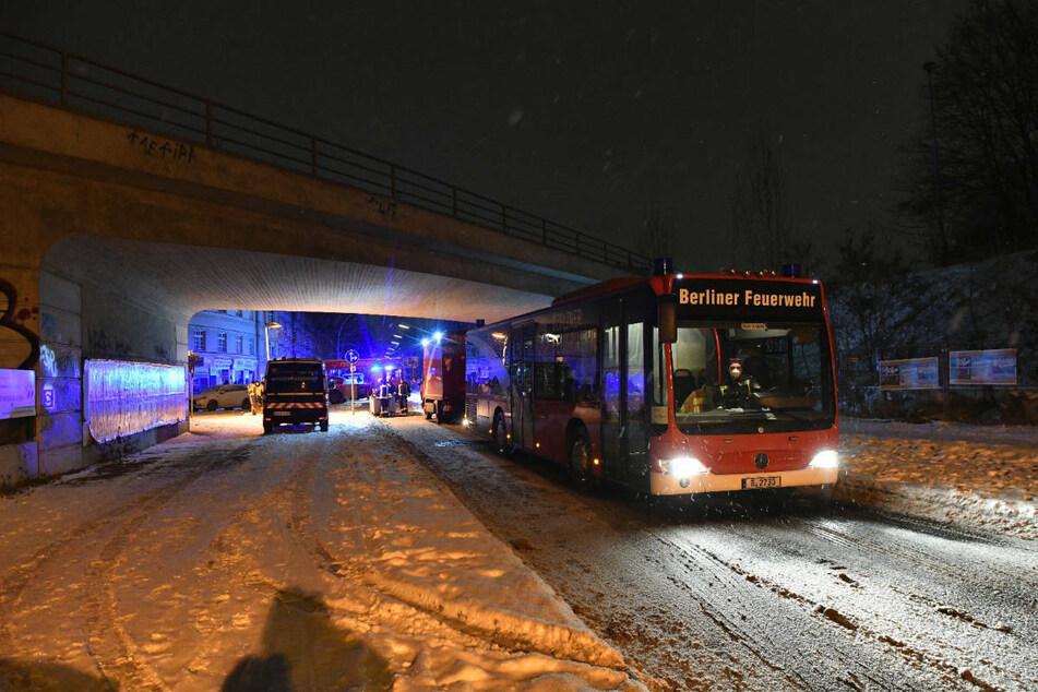 Die zeitweise evakuierten Bewohner kamen in einem Wärmebus der Berliner Feuerwehr unter.