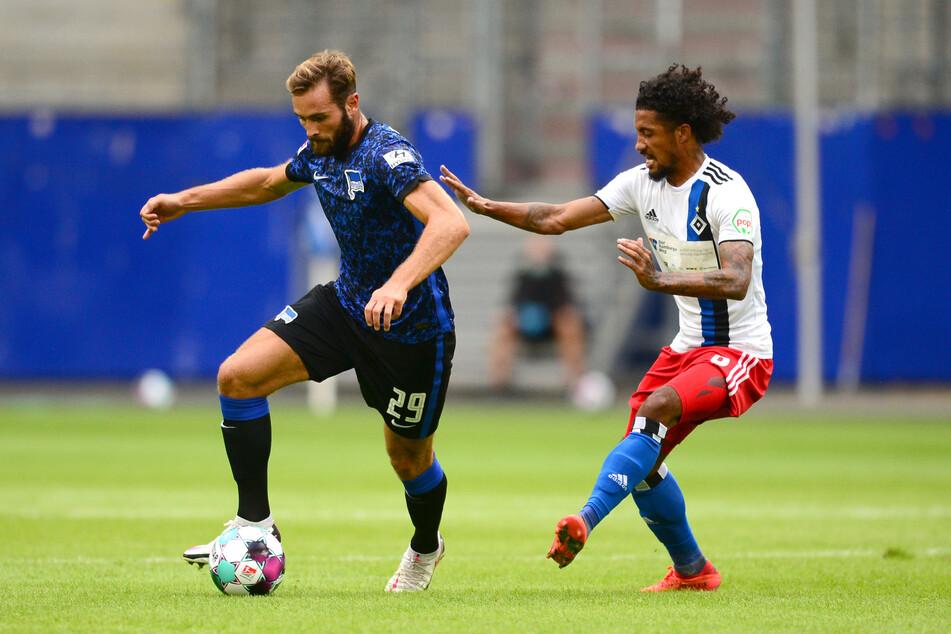 2. Bundesliga, Testspiel, Hamburger SV - Hertha BSC im Volksparkstadion. Herthas Lucas Tousart (23, l.) und Hamburgs Jeremy Dudziak (25) kämpfen um den Ball.