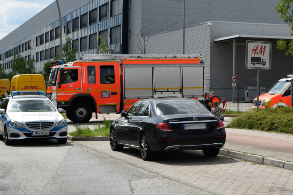 Unfall in H&M-Lager: Feuerwehr muss Mitarbeiter befreien