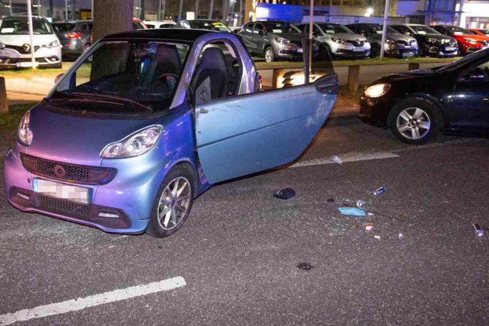 Der Smart steht wieder aufgerichtet und beschädigt auf der Behringstraße.