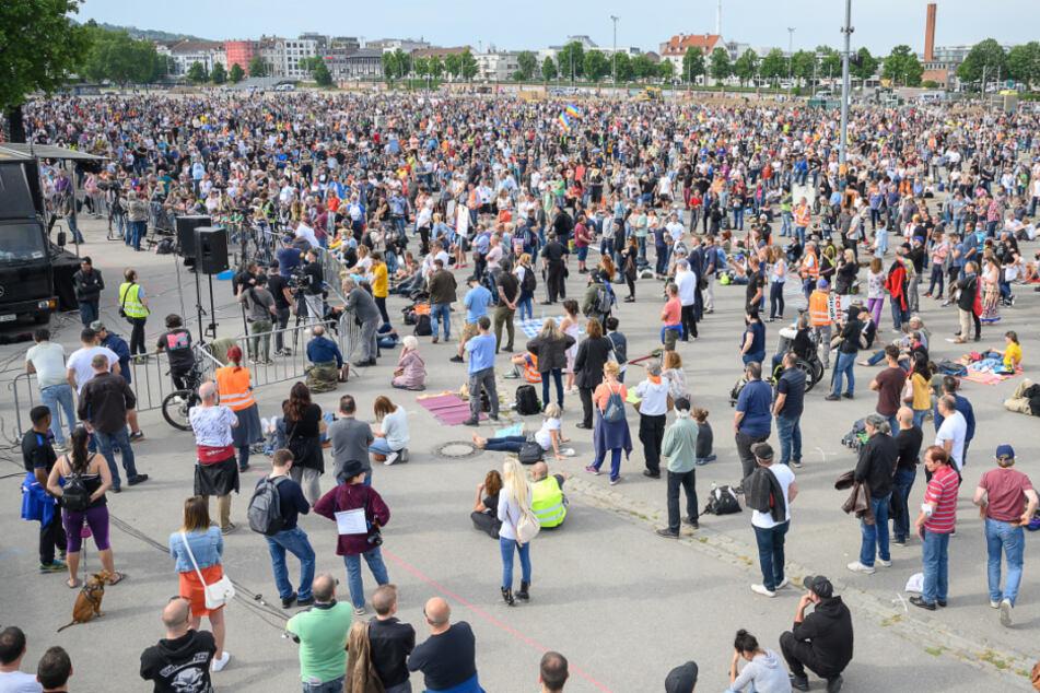 """Zu der Veranstaltung am vergangenen Samstag kamen laut der Initiative """"Querdenken 711 Stuttgart"""" rund 20.000 Menschen auf den Cannstatter Wasen."""