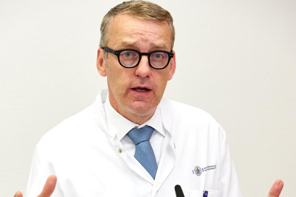 Stefan Kluge, Leiter der Intensivmedizin am UKE, spricht auf einer Pressekonferenz.