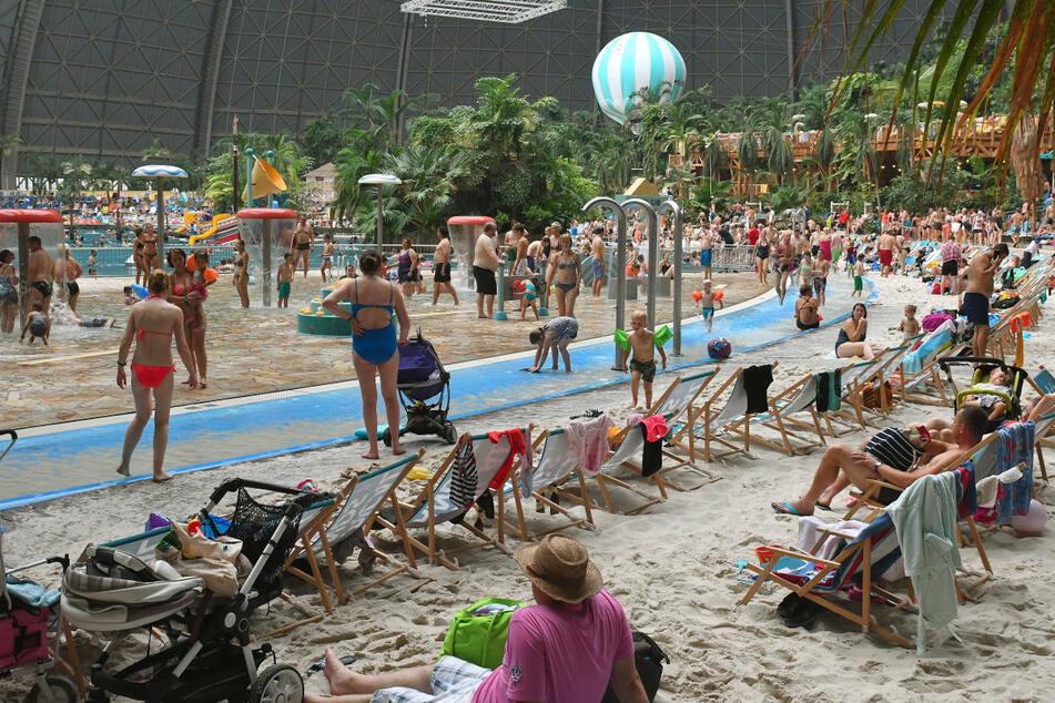 Nach dem Corona-Alarm im Erlebnisbad Tropical Island müssen rund 10.000 Kontaktverfolgungen durchgeführt werden.