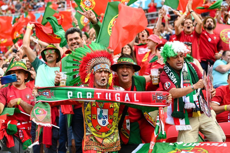 Ungewohntes, aber tolles Bild: Beste Stimmung unter portugiesischen Fans in der mit über 67.155 Zuschauern ausverkauften Puskas-Arena in Budapest.