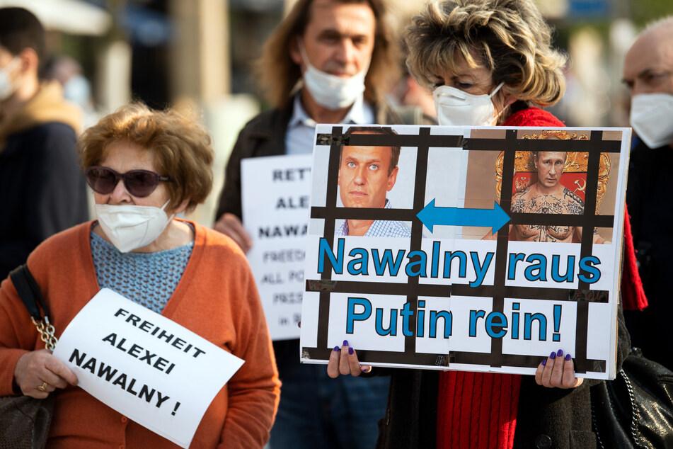 Etwa 100 Menschen haben in Düsseldorf für den inhaftierten Kremlkritiker Alexej Nawalny (44) demonstriert.
