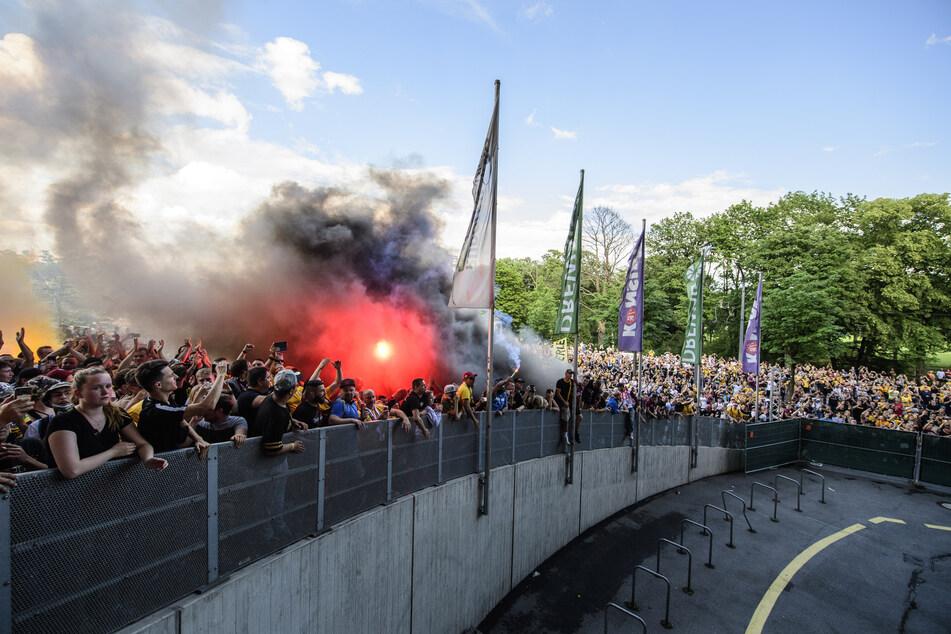 Tausende Fans warteten vor dem Stadion.