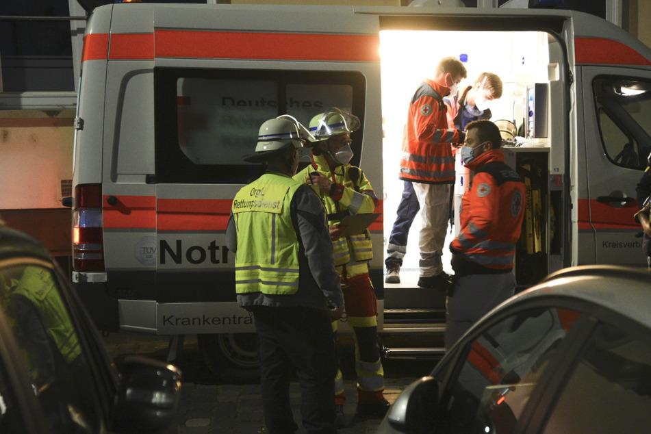 Zwei Polizisten retten ältere Dame aus Haus und werden verletzt