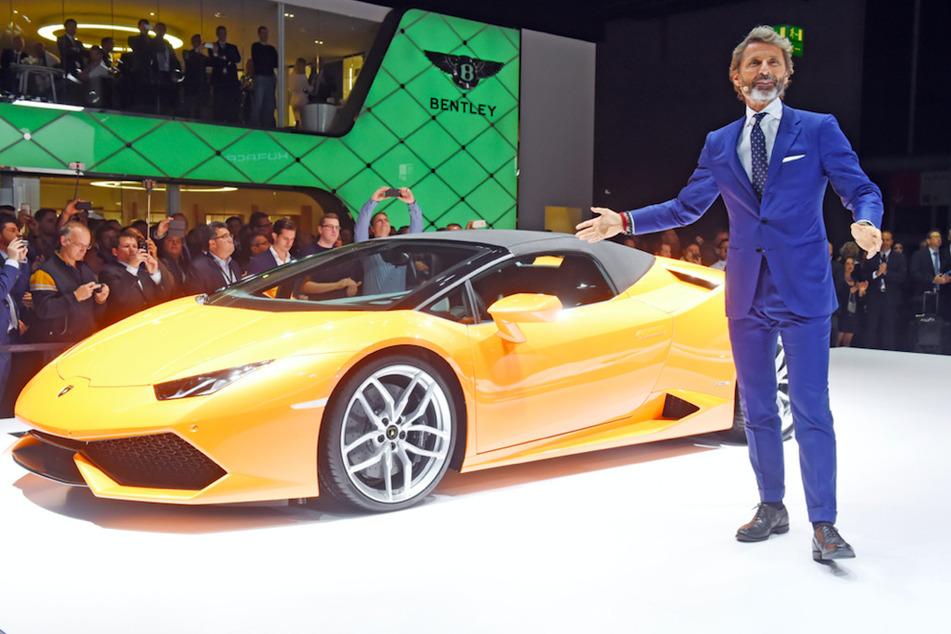Stephan Winkelmann (56), nun wieder Vorstandsvorsitzender von Lamborghini, neben dem Lamborghini Huracan LP 610-4 Spyder auf einer Messe 2015.