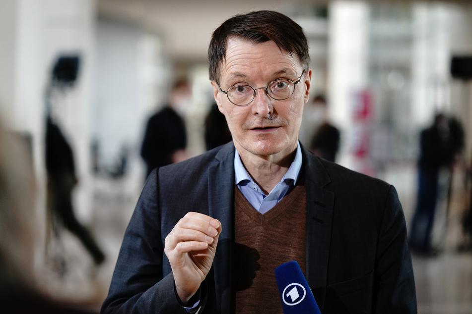 Der SPD-Politiker Karl Lauterbach (58) hat mit heftigen Anfeindungen zu kämpfen. Jüngst wurde sein Privatauto mit Farbe beschmiert.
