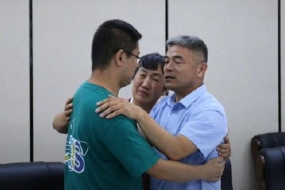 Seine Eltern hatten ihr Kind nie aufgegeben. Vor allen Dingen Mr. Guo Gangtang (r.) hatte immer geglaubt, dass sein Sohn irgendwo da draußen war.