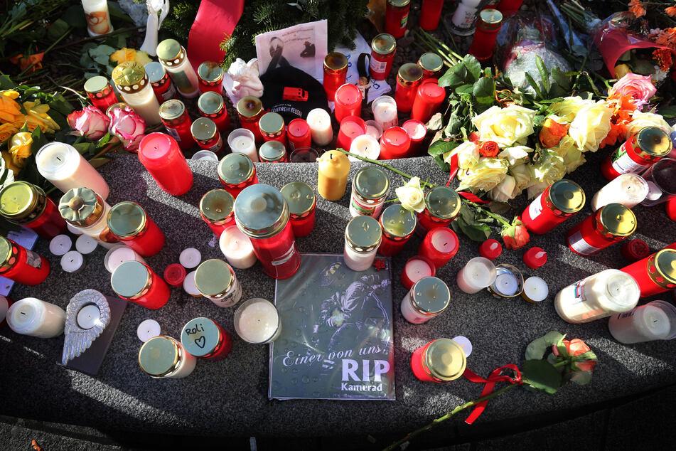 """""""Einer von uns - RIP Kamerad"""" war am Königsplatz in Augsburg zwischen Grablichtern nach der schrecklichen Tat zu lesen."""