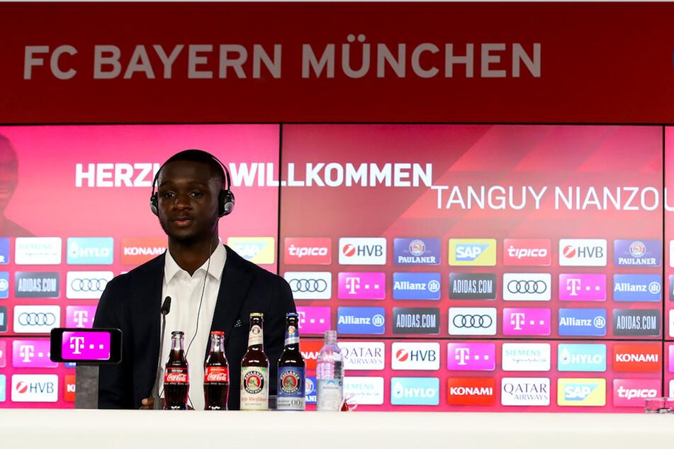 Der neu verpflichtete Spieler des FC Bayern München, Tanguy Nianzou Kouassi (18) während einer Pressekonferenz.