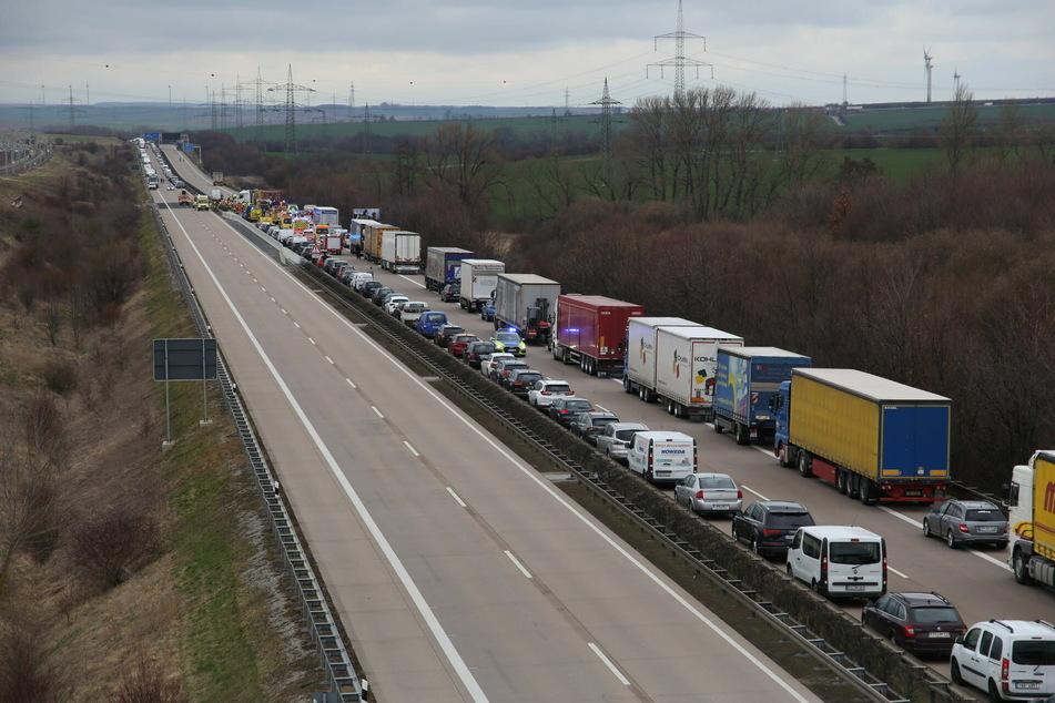 Geisterfahrer rast über Autobahn, mehrere Verletzte bei Massencrash