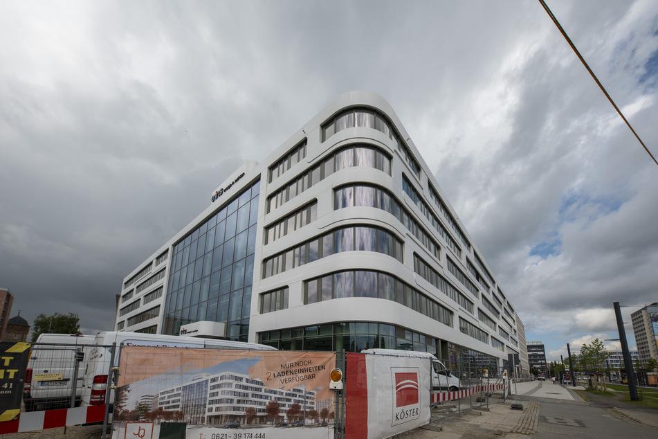 Die Fassade der neuen Zentrale am Johannisplatz/Bahnhofstraße ist weitestgehend fertig.