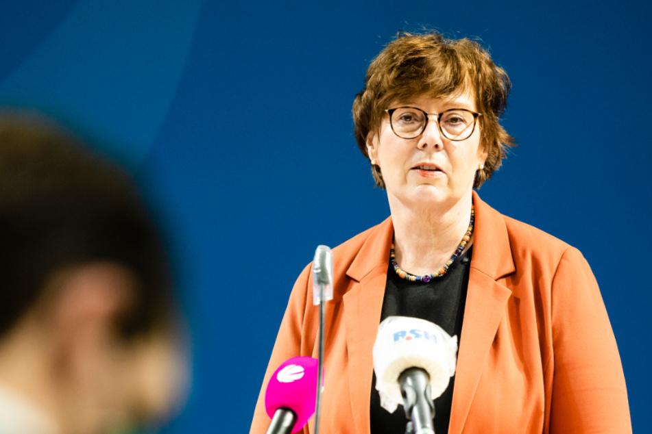 Sabine Sütterlin-Waack (CDU) spricht während einer Pressekonferenz.