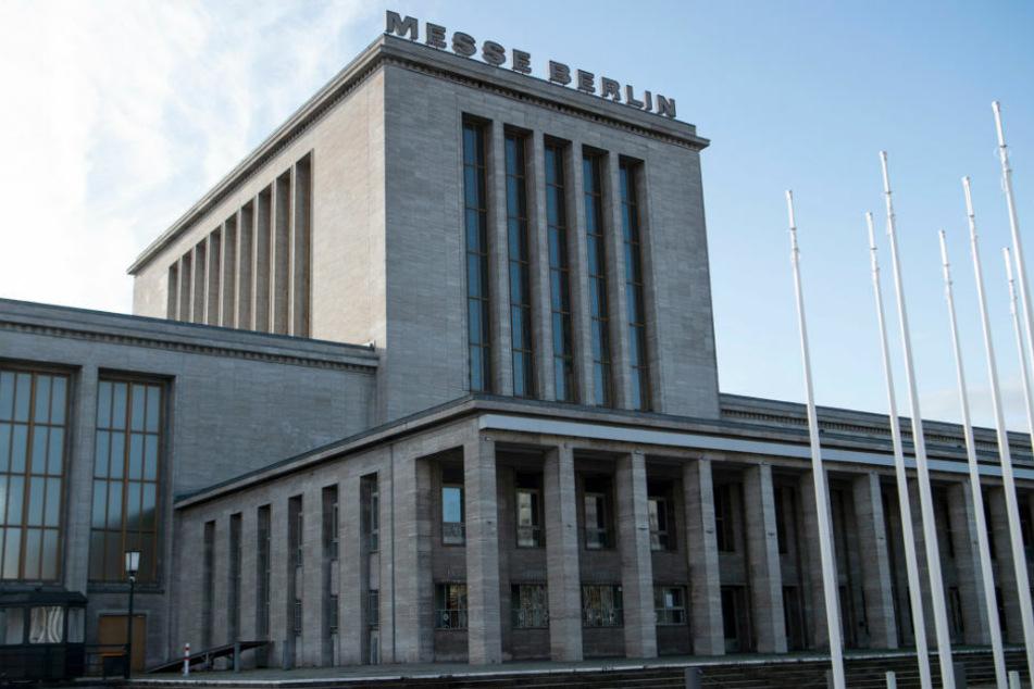 Das dritte Impfzentrum in Berlin nimmt am Montagmorgen auf dem Berliner Messegelände im Stadtteil Charlottenburg den Betrieb auf.
