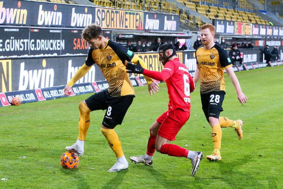 Karibik-Fan Heinz Mörschel (l.) schirmt den Ball vor Kaiserslauterns Hikmet Ciftci (22) ab, Paul Will (21) beobachtet das Geschehen.