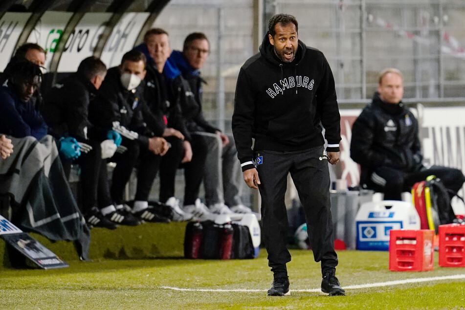 Ex-HSV-Coach Daniel Thioune (46, 2.v.r.) hat Sportvorstand Jonas Boldt (39) erneut widersprochen und sich und seine Philosophie verteidigt. (Archivfoto)