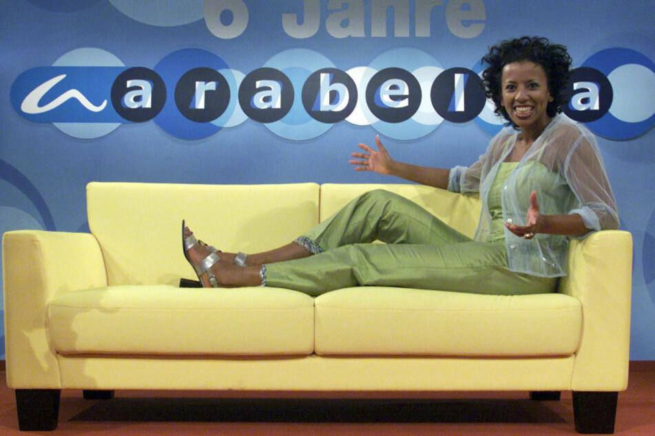 Die Talkmasterin Arabella Kiesbauer (51) sitzt auf einem gelben Sofa im Arabella-Studio bei ProSieben in München-Unterföhring. (Archivbild)