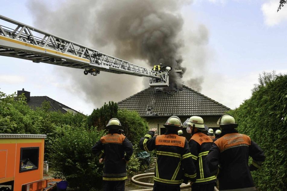 Die Feuerwehr versucht den Brand in einem Einfamilienhaus zu löschen.
