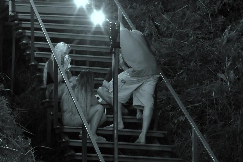 In der Nacht konnte Gina-Lisa (oben links, 34) sich nicht mehr beruhigen. Offenbar wollte sie wegen Andrej nicht mehr in der Villa sein. Es ging so heftig zur Sache, dass sogar ein Psychologe (vorn im Bild) gerufen werden musste.