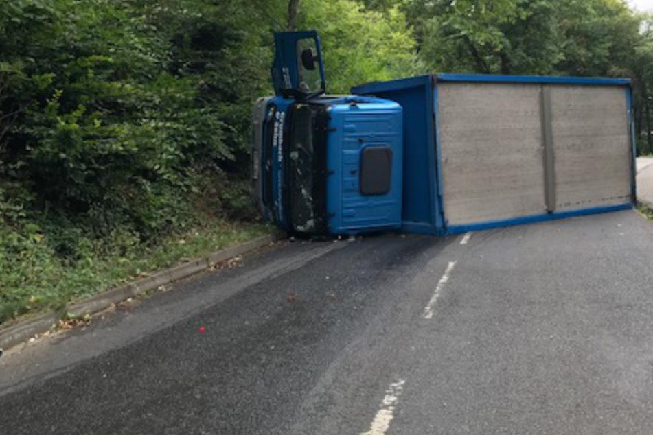 Der Getränke-Laster blieb auf der Fahrerseite liegen.