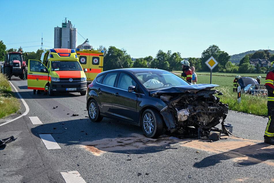Das sieht sehr nach Totalschaden aus: Dem Ford riss der Crash fast die gesamte Motorhaube weg.