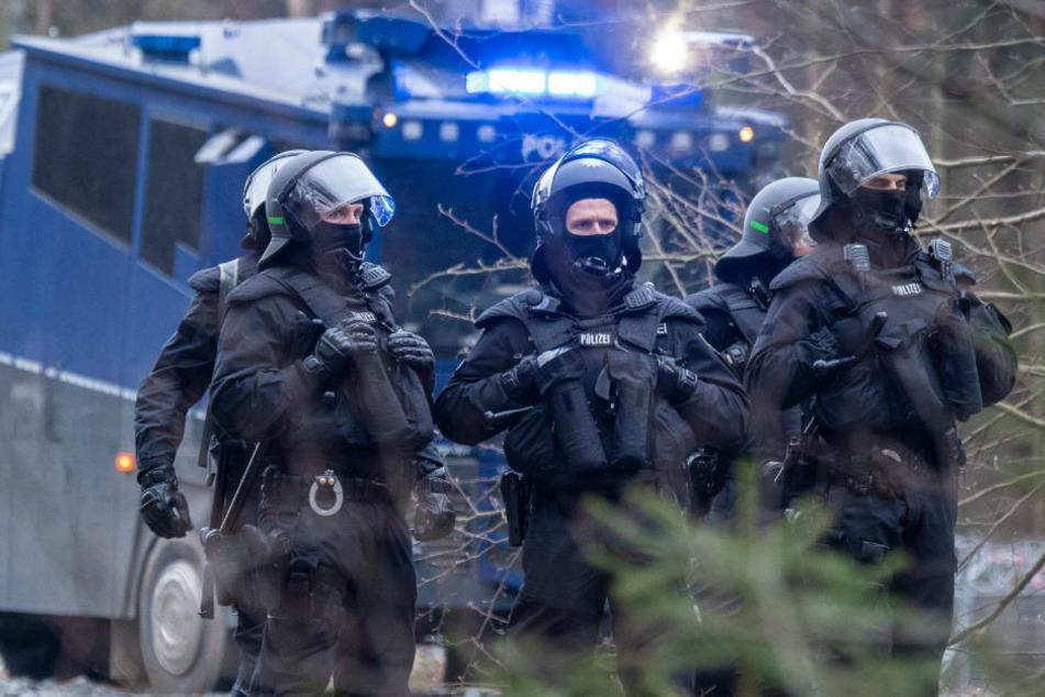 Barrikaden errichtet, Seil gespannt: Größerer Polizeieinsatz an A49-Trasse