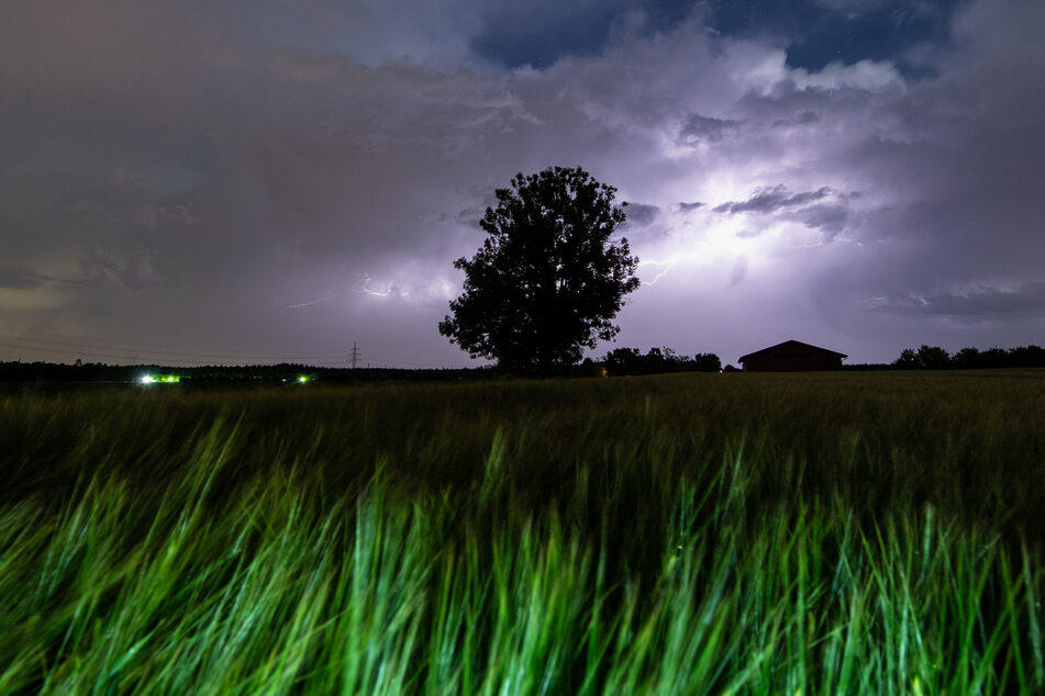In der Nacht zum Freitag gibt es in Nordrhein-Westfalen einige Wolken sowie einzelne Schauer oder Gewitter.