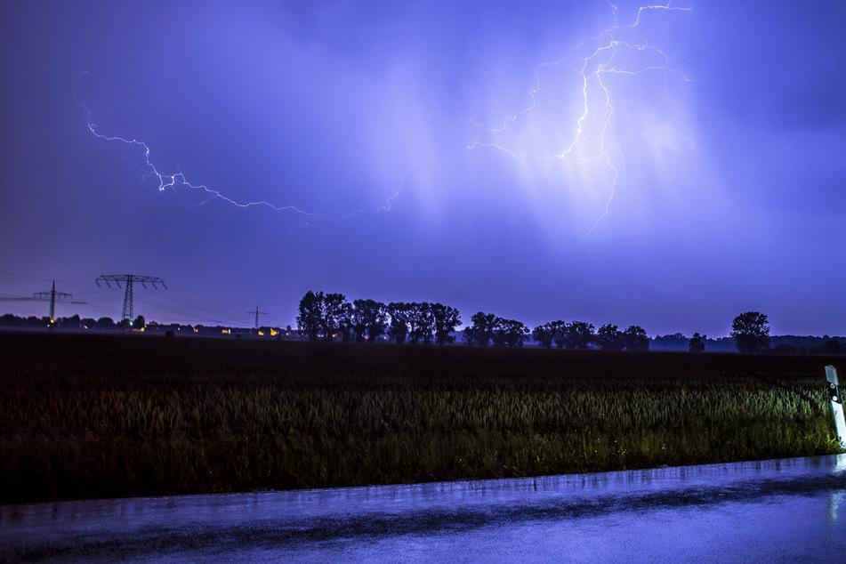Am Stadtrand von Leipzig boten sich derweil spektakuläre Bilder, während die Gewittermassen vorbeizogen.