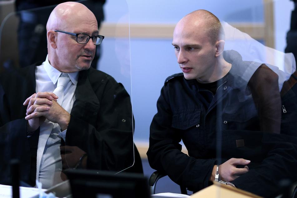 Stephan Balliet (28) am 16. Verhandlungstag mit einem seiner Anwälte.