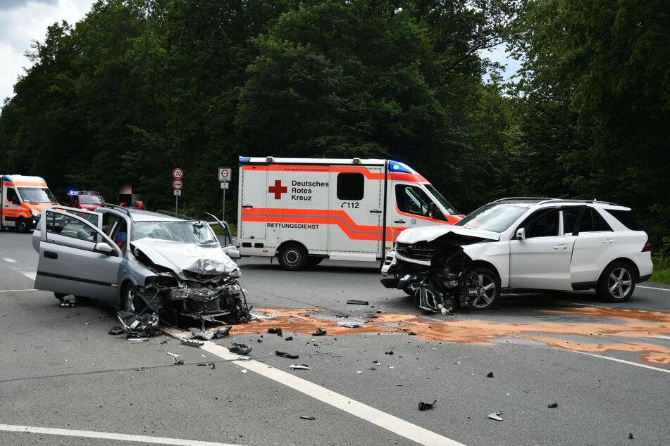 Drei Kinder verletzt: Großeinsatz nach heftigem Unfall zwischen Mercedes und Opel