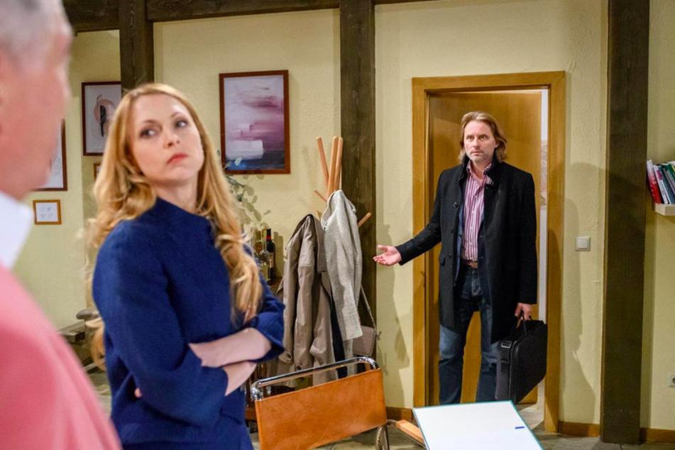 Rosalie (Natalie Alison) will Andrés (Joachim Lätsch, l.) auszahlen. Michael (Erich Altenkopf, r.) hält das für keine gute Idee.