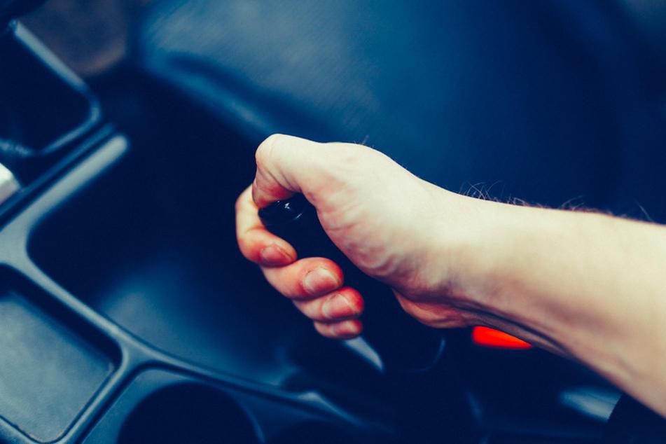Lebensgefährliche Aktion: Mann zieht bei Streit mitten auf Autobahn die Handbremse