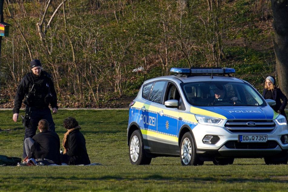 Polizeikontrolle im Dresdner Alaunpark – das Sitzen und Liegen auf Grünflächen wurde per Rechtsverordnung verboten.