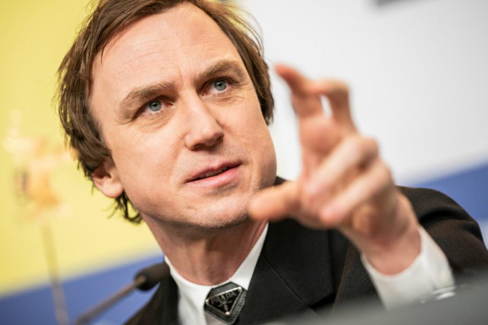 Lars Eidinger (44) spricht bei der Pressekonferenz.