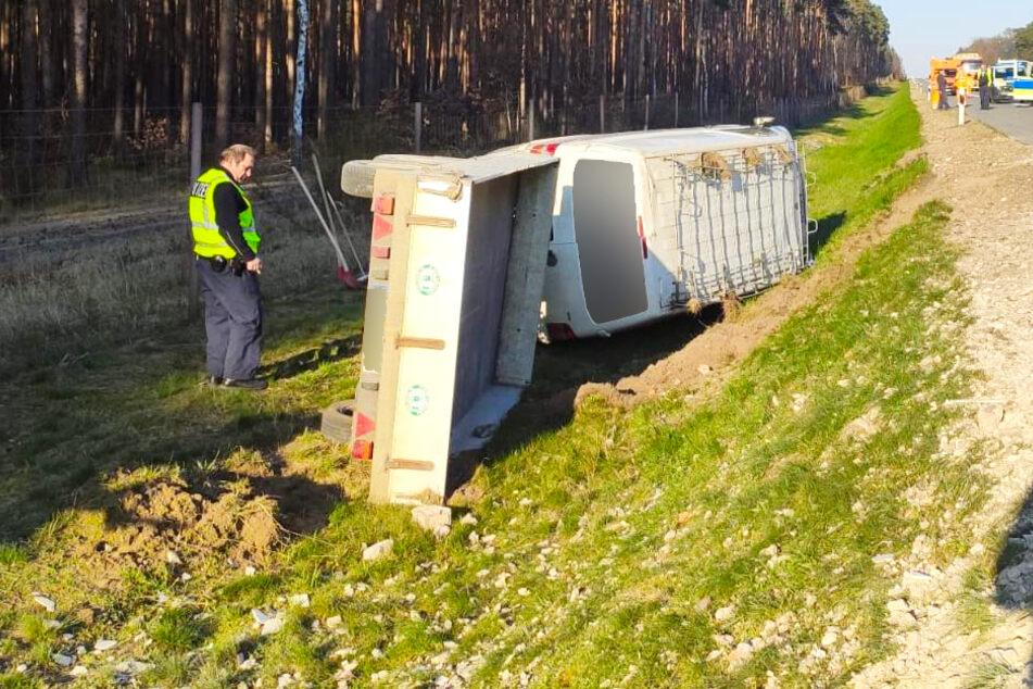Ein Transporter ist von der Straße abgekommen und in die Böschung gerutscht.