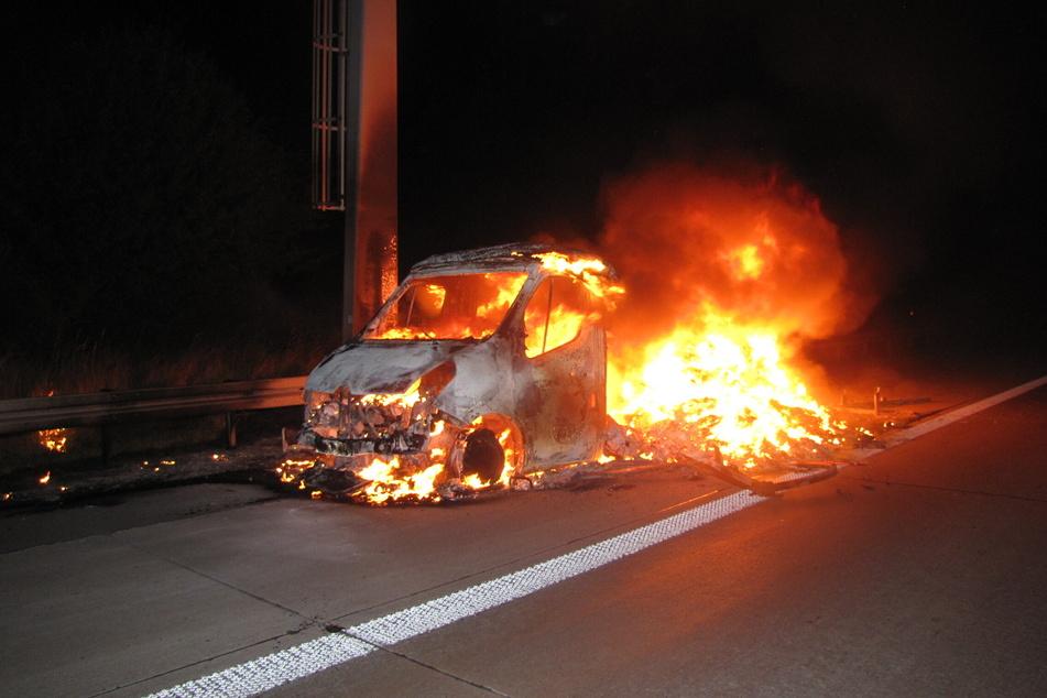 Während der Fahrt ging in der Nacht zu Mittwoch ein Transporter auf der A2 in Flammen auf.