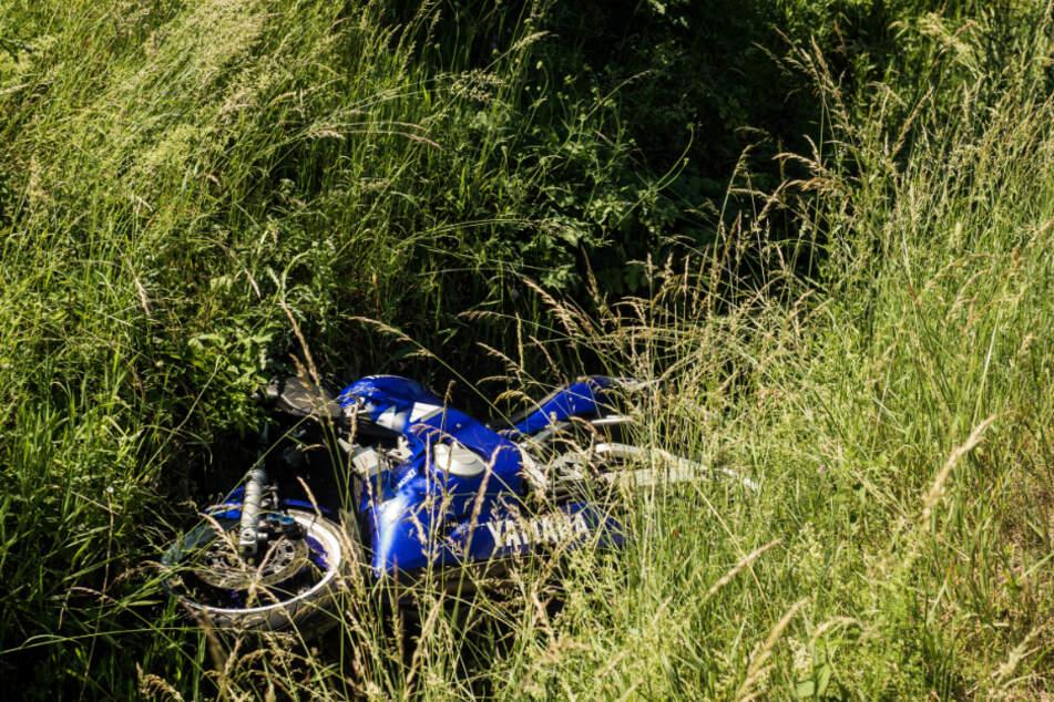Das Motorrad landete im Straßengraben.
