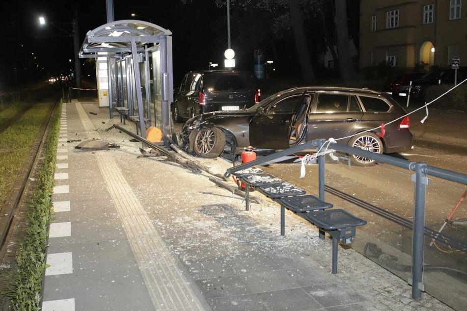 Rums! Das Geländer einer Straßenbahnstation konnte dem Aufprall eines BMWs nicht standhalten.