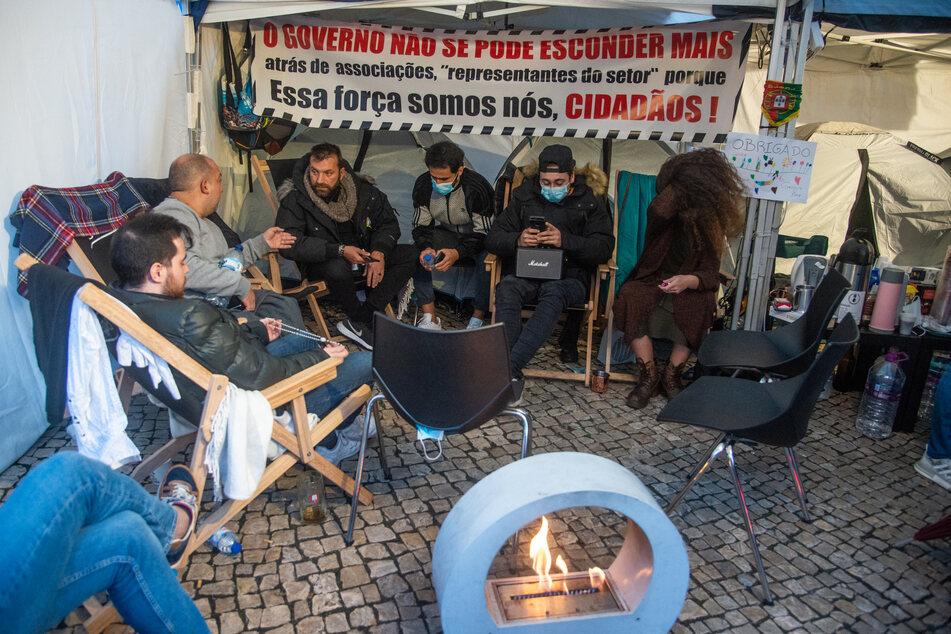 """Ljubomir Stanisic (3.v.l), Star der portugiesischen Fernsehsendung """"Pesadelo na Cozinha"""", sitzt im Hungerstreik in einem improvisierten Zelt vor dem Parlamentsgebäude."""
