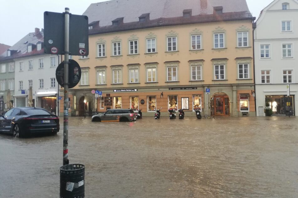 Außergewöhnliche Regenmassen hatten die Altstadt von Landshut am Dienstagabend unter Wasser gesetzt.