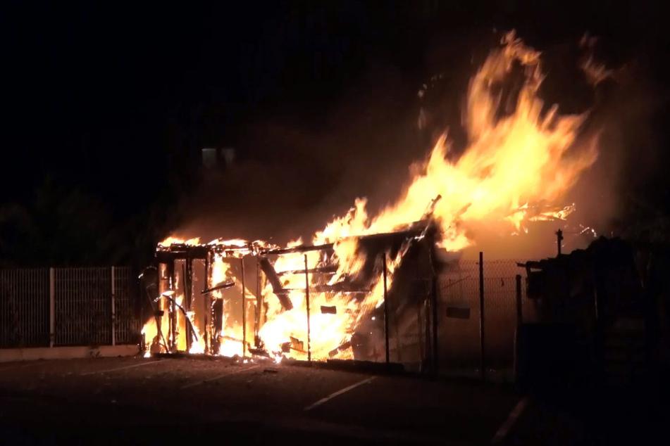 Der Stall steht lichterloh in Flammen.