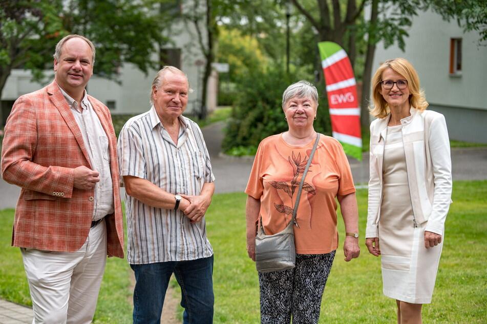 OB Dirk Hilbert (49, FDP) und EWG-Vorstand Antje Neelmeijer (r.) mit den Mietern Gisela (76) und Wolf-Eberhard Müller (79).
