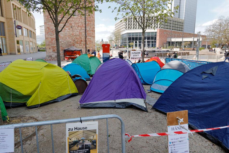 """Das Aktionsbündnis """"Seebrücke"""" machte mit einem Zelt-Protest in der Chemnitzer Innenstadt für Geflüchtete in Not aufmerksam."""