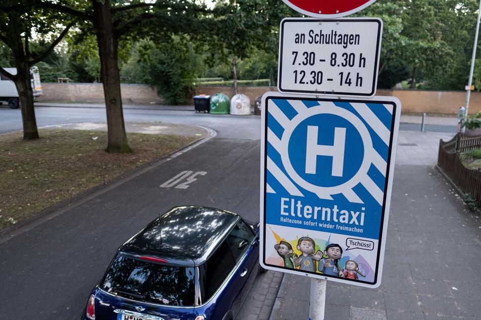 """Das Schild """"Elterntaxi"""" steht vor der Grundschule Grimsehlweg in Hannover."""
