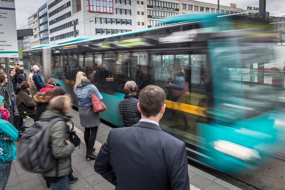 Fahrgäste stehen an einer Haltestelle für Busse und Straßenbahnen an der Konstablerwache.