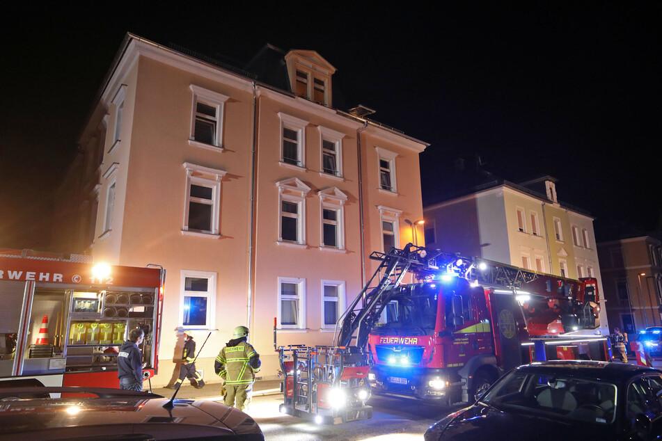Feuerwehreinsatz mitten in der Nacht: In Limbach-Oberfrohna brannte es in einem Mehrfamilienhaus.