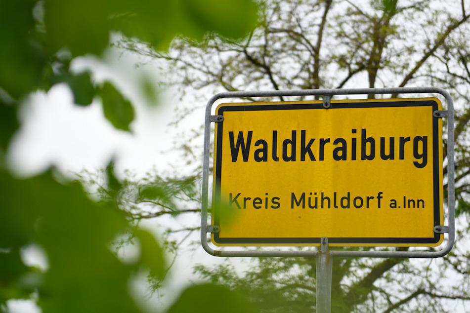 Das Ortschild von Waldkraiburg ist am Ortseingang zu sehen.