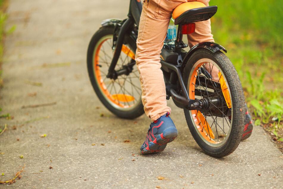 Der Vierjährige stürzte unglücklich beim Fahrradfahren. (Symbolbild)
